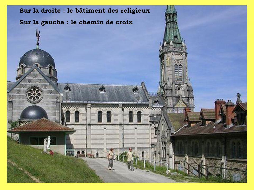 Sur la droite : le bâtiment des religieux Sur la gauche : le chemin de croix