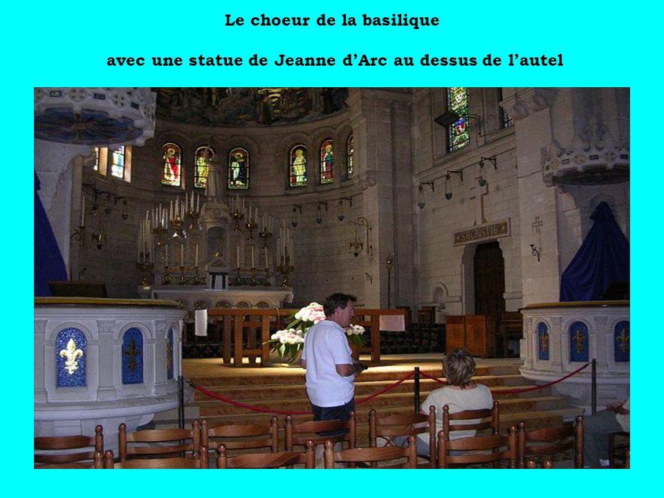 Le choeur de la basilique avec une statue de Jeanne dArc au dessus de lautel