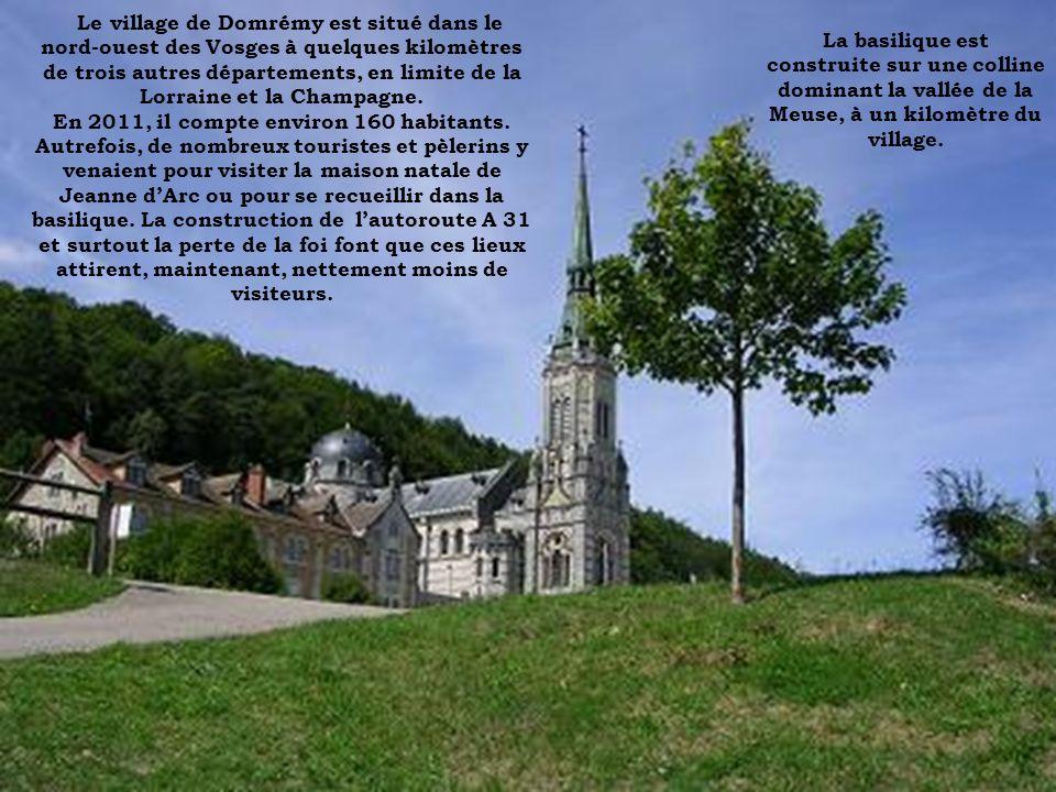Le village de Domrémy est situé dans le nord-ouest des Vosges à quelques kilomètres de trois autres départements, en limite de la Lorraine et la Champ