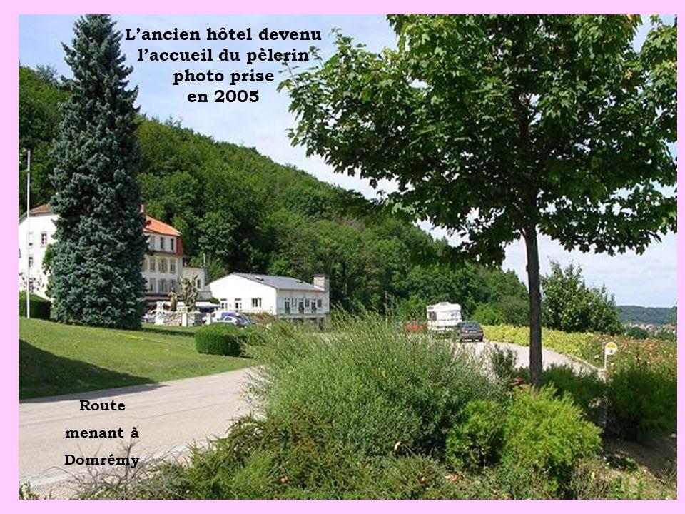 Lancien hôtel devenu laccueil du pèlerin photo prise en 2005 Route menant à Domrémy