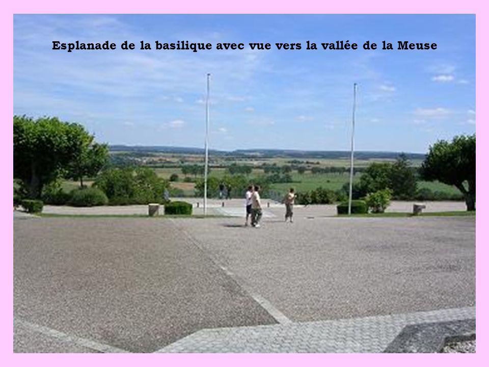 Esplanade de la basilique avec vue vers la vallée de la Meuse