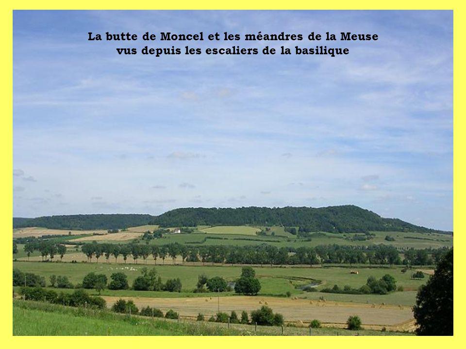 La butte de Moncel et les méandres de la Meuse vus depuis les escaliers de la basilique