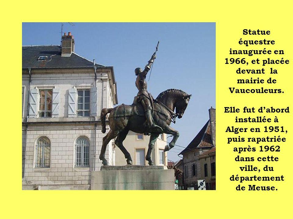 Statue équestre inaugurée en 1966, et placée devant la mairie de Vaucouleurs. Elle fut dabord installée à Alger en 1951, puis rapatriée après 1962 dan