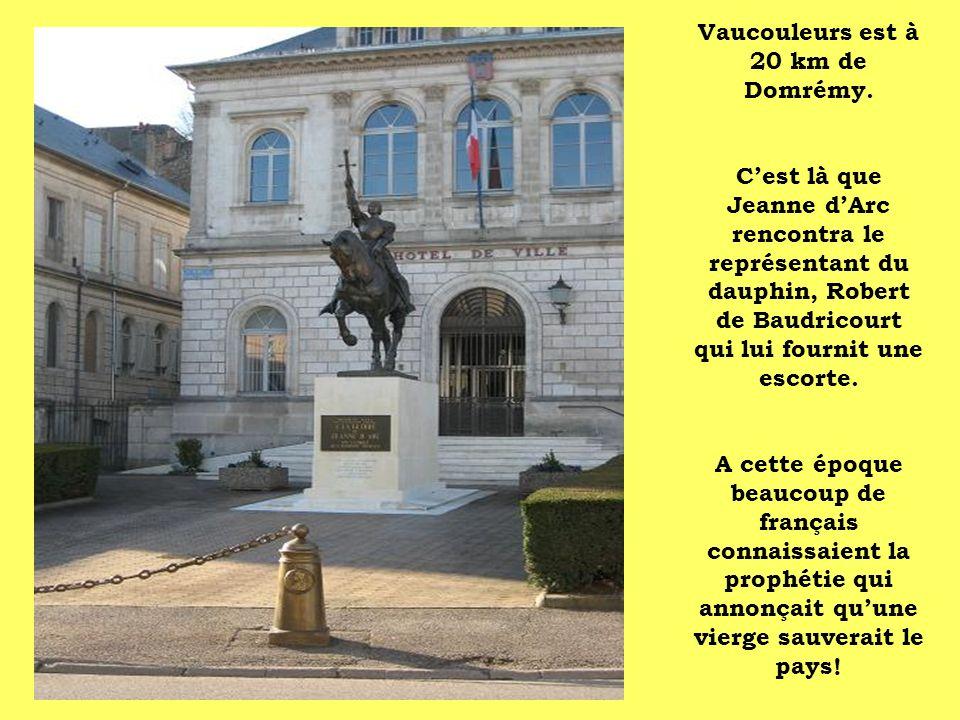 Vaucouleurs est à 20 km de Domrémy. Cest là que Jeanne dArc rencontra le représentant du dauphin, Robert de Baudricourt qui lui fournit une escorte. A