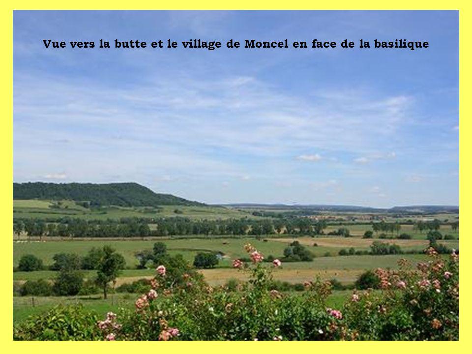 Vue vers la butte et le village de Moncel en face de la basilique
