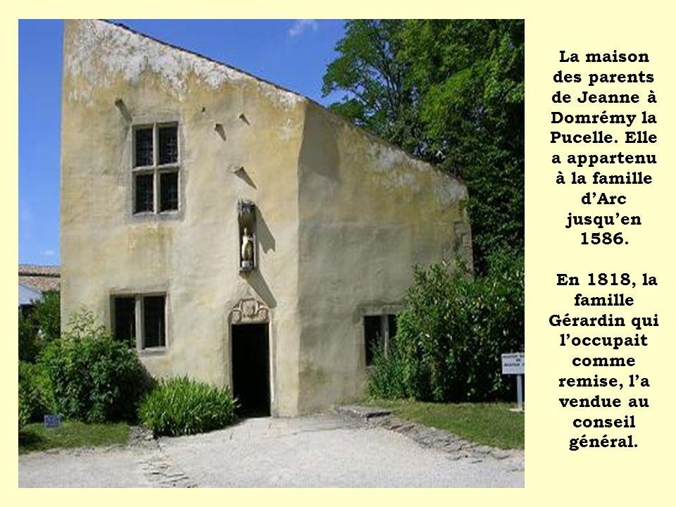 La maison des parents de Jeanne à Domrémy la Pucelle. Elle a appartenu à la famille dArc jusquen 1586. En 1818, la famille Gérardin qui loccupait comm