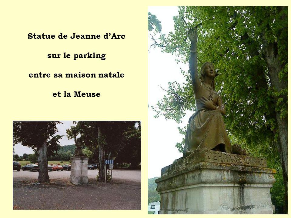 Statue de Jeanne dArc sur le parking entre sa maison natale et la Meuse