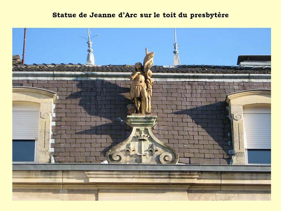 Statue de Jeanne dArc sur le toit du presbytère