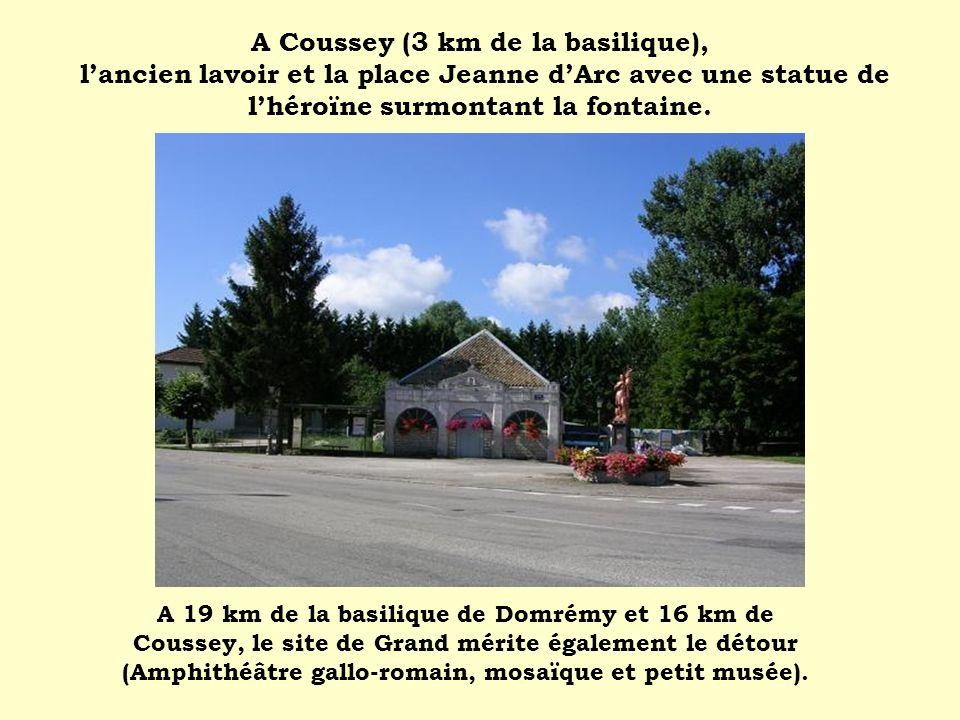 A Coussey (3 km de la basilique), lancien lavoir et la place Jeanne dArc avec une statue de lhéroïne surmontant la fontaine. A 19 km de la basilique d