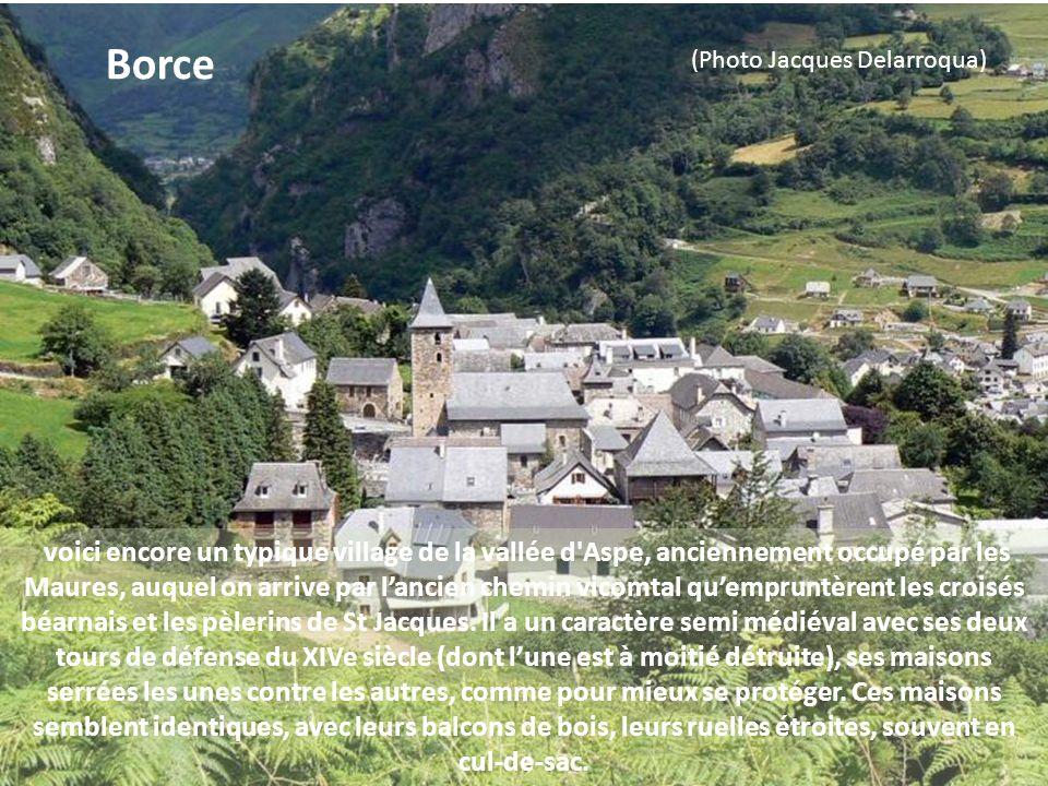cest un village typique de la vallée dOssau au milieu de bois. Il est entouré de hauts sommets et de pics. Son église romane du XIIIe siècle ainsi que