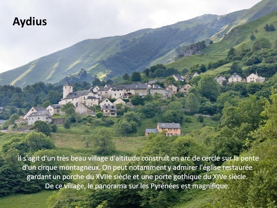 voici encore un typique village de la vallée d'Aspe, anciennement occupé par les Maures, auquel on arrive par lancien chemin vicomtal quempruntèrent l