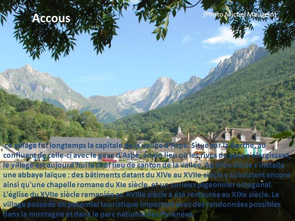Simacourbe : il s'agit d'un petit castelnau dont la motte et les fossés qui entourent le village sont encore en grande partie en eau. L'église fut san