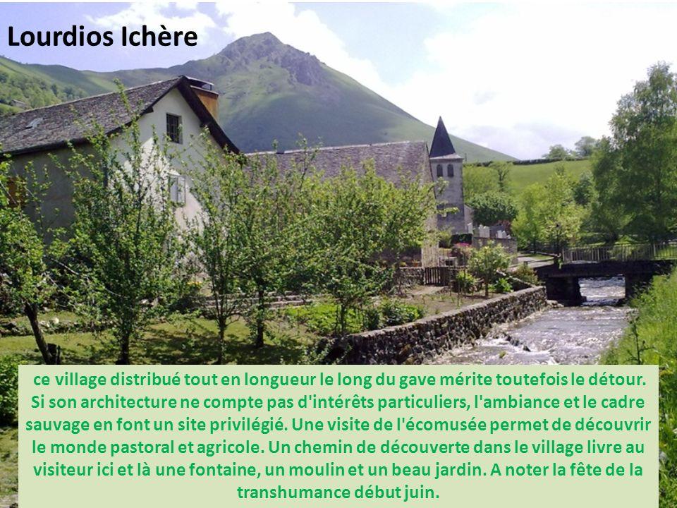 village de la vallée d'Ossau, Béost était autrefois une étape pour les pèlerins en route vers Compostelle. Essentiellement agricole, le bourg est rest