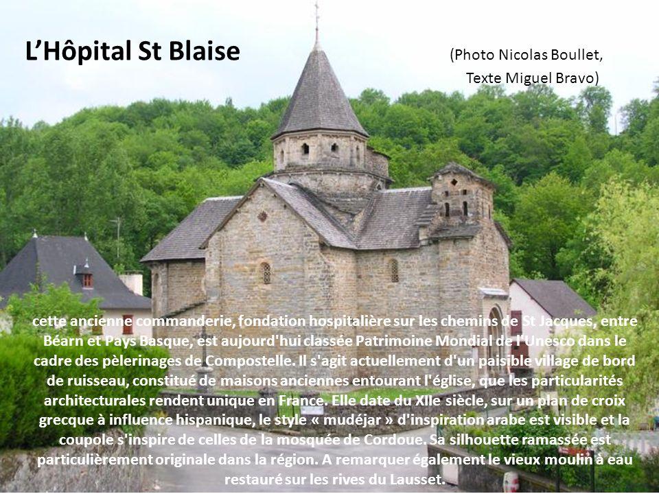 avec ses spécimens de clochers trinitaires ou clochers-calvaires, encore appelés clochers souletains, composés de trois pinacles surmontés de croix sp