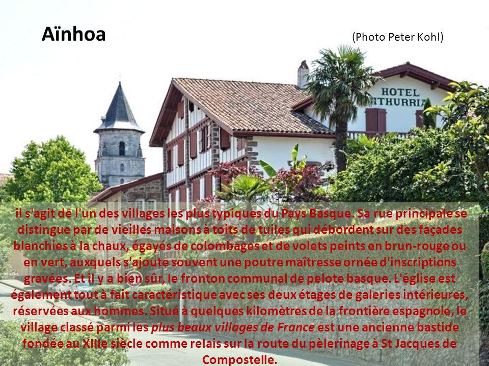haut lieu de la chasse à la palombe, le village classé parmi les plus beaux villages de France a le culte des traditions du pays et da la vie transfro