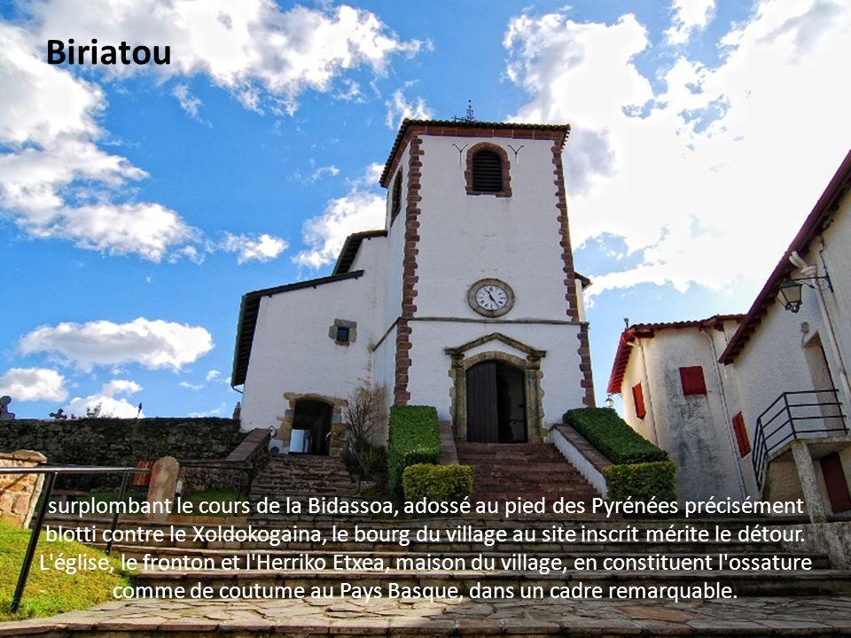 le pittoresque village allie au sein de son territoire très étendu, le charme des montagnes et les facilités de la plaine. Itxassou est traversé par u