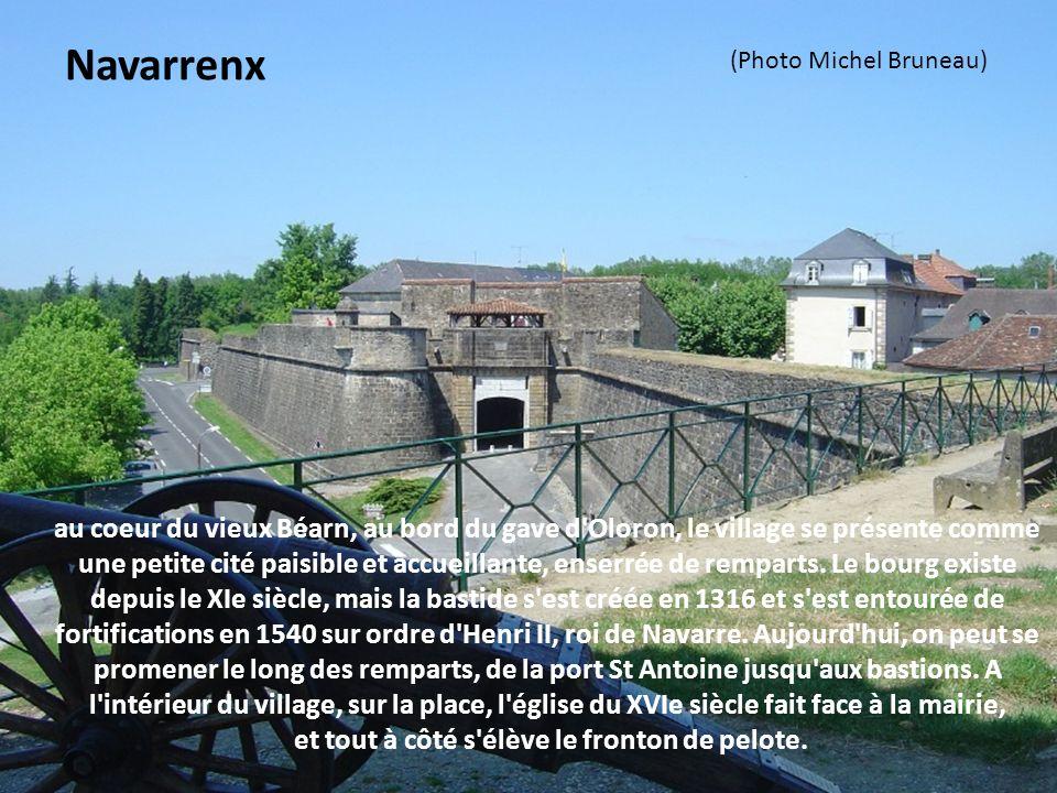 au coeur du vieux Béarn, au bord du gave d Oloron, le village se présente comme une petite cité paisible et accueillante, enserrée de remparts.