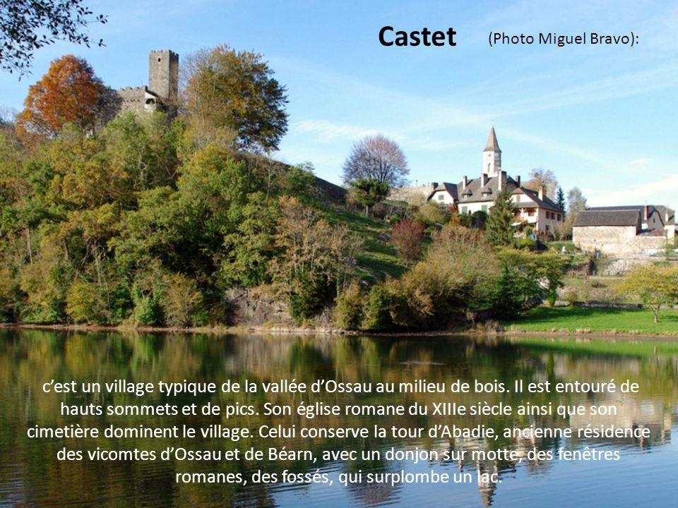 surplombant le cours de la Bidassoa, adossé au pied des Pyrénées précisément blotti contre le Xoldokogaina, le bourg du village au site inscrit mérite le détour.