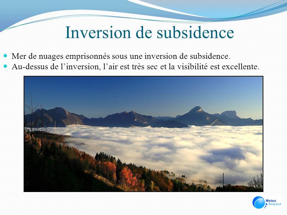 Inversion de subsidence Mer de nuages emprisonnés sous une inversion de subsidence. Au-dessus de linversion, lair est très sec et la visibilité est ex