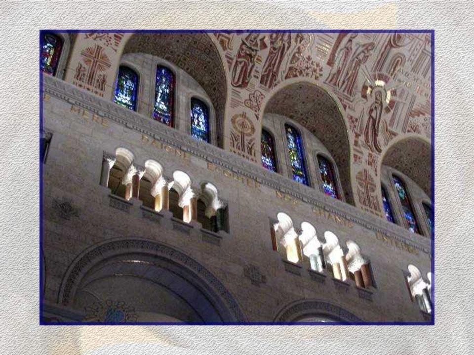 Cette basilique peut accueillir une foule dépassant 1500 personnes… Les petites arcades du triforium que lon aperçoit illuminées sont constituées de m
