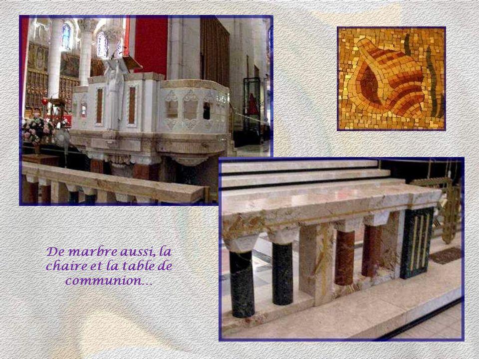 Les mosaïques des voûtes ont été réalisées par deux Français : Auguste Labouret, mosaïste-verrier et M. Gaudin.