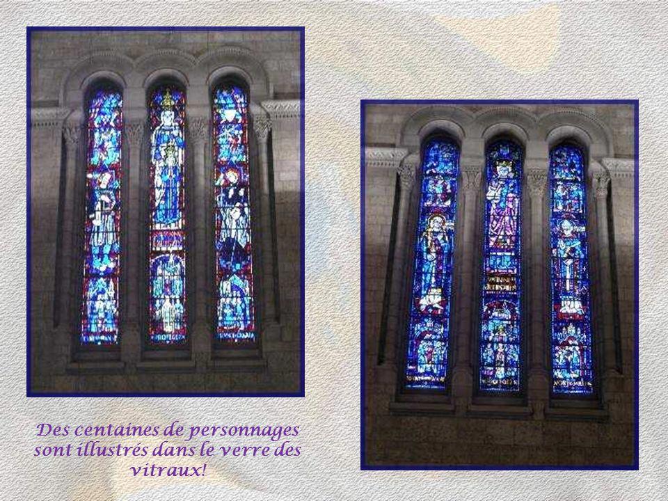 88 scènes de la vie du Christ ont été sculptées sur les chapiteaux des 22 colonnes, par Emile Brunet et Maurice Lord.