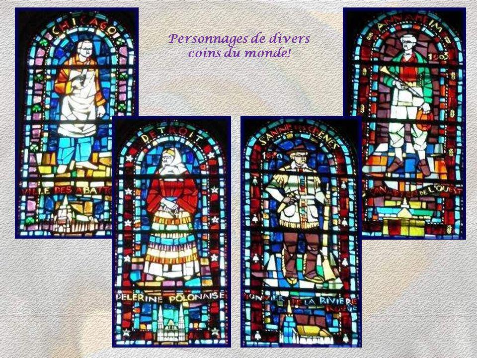 Des centaines de personnages sont illustrés dans le verre des vitraux!