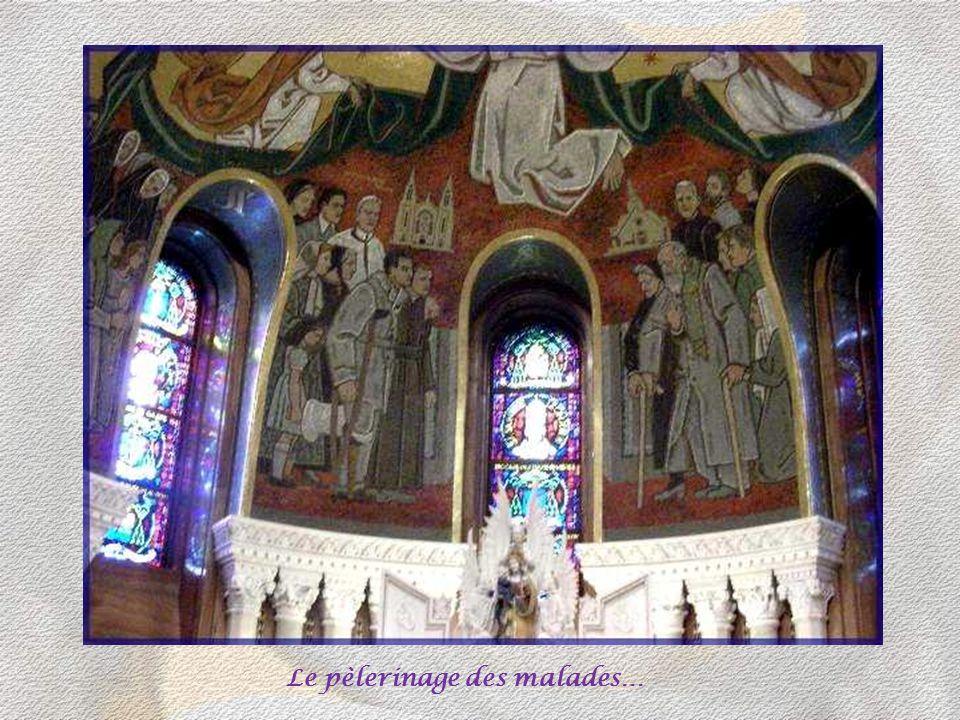 Sur les piliers des collatéraux sont sculptées les 14 stations du Chemin de croix, par les mêmes artistes que ceux ayant réalisé les chapiteaux.