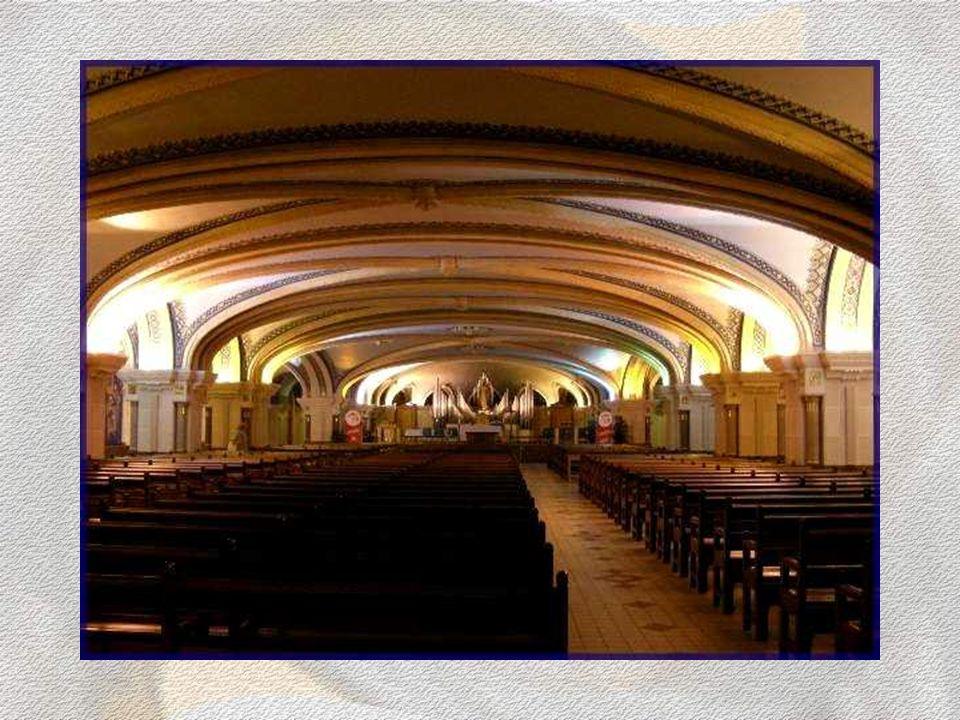 Dans la crypte de la basilique se trouve la chapelle de lImmaculée. Sa voûte basse repose sur des piliers massifs, agrémentés de petites colonnettes d