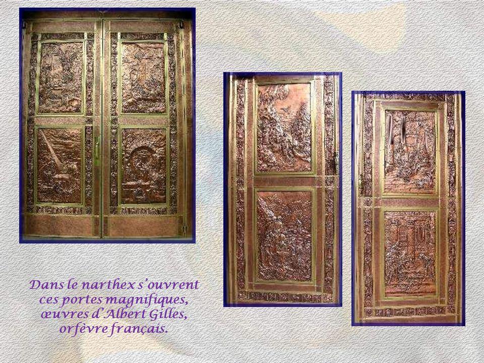 Ces détails de la façade monumentale montrent Sainte-Anne implorant Dieu pour les pèlerins, œuvre du sculpteur Louis Parent. Sur la photo de gauche, e