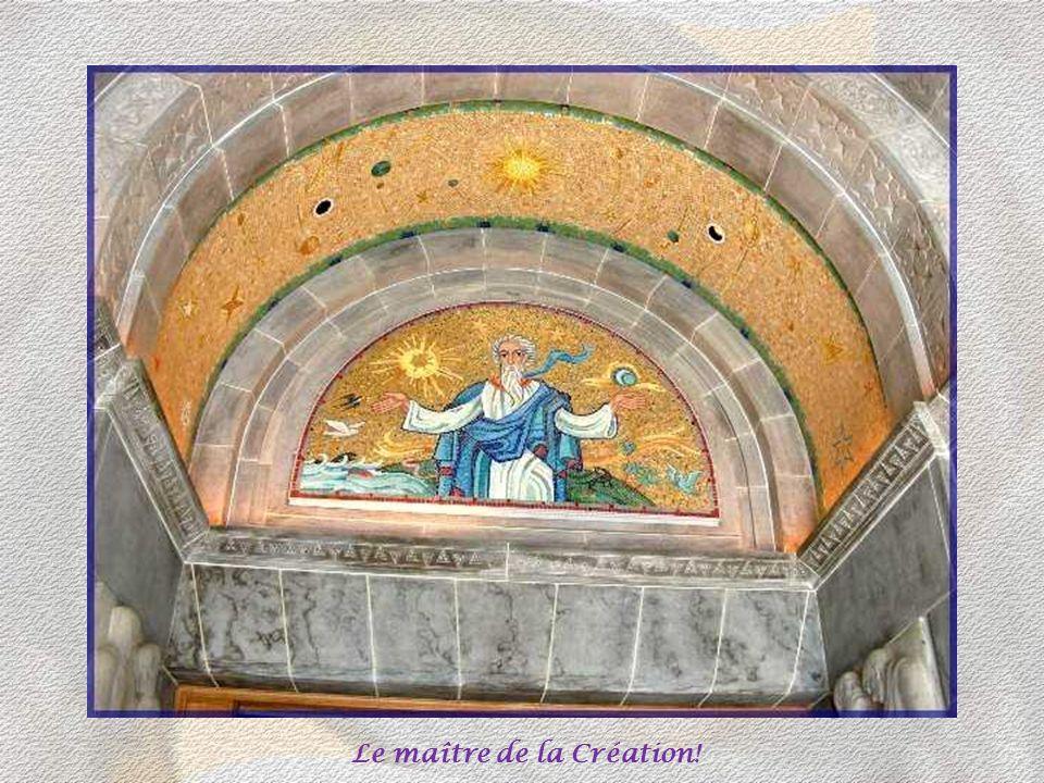 Dès que lon pénètre dans lédifice, on est surpris par limportance et la décoration du narthex. Le créateur, dominant la porte centrale, semble nous ac