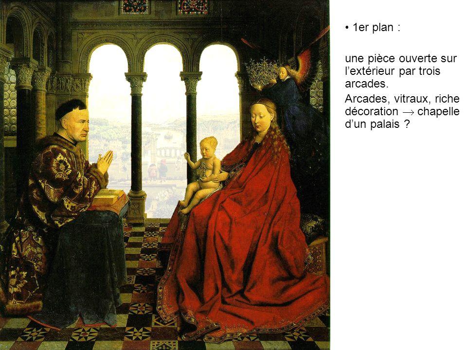 1er plan : une pièce ouverte sur lextérieur par trois arcades. Arcades, vitraux, riche décoration chapelle dun palais ?