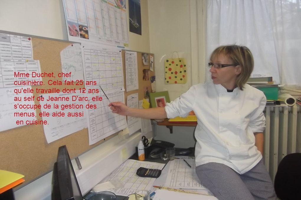 Mme Duchet, chef cuisinière. Cela fait 25 ans qu'elle travaille dont 12 ans au self de Jeanne D'arc, elle s'occupe de la gestion des menus, elle aide
