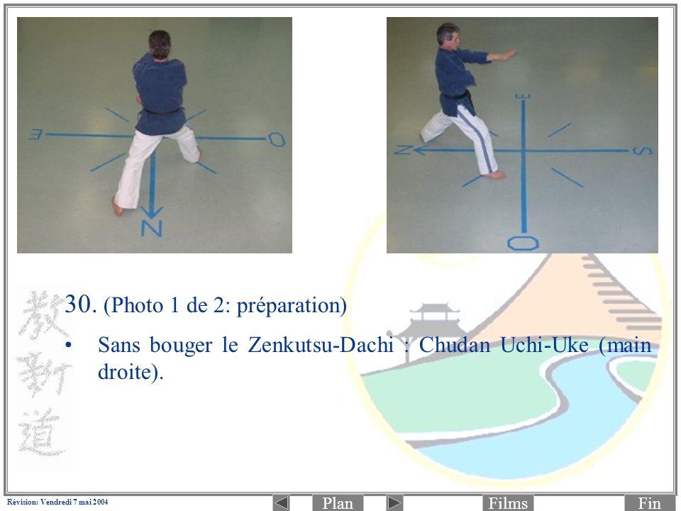 PlanFinFilms Révision: Vendredi 7 mai 2004 30. (Photo 1 de 2: préparation) Sans bouger le Zenkutsu-Dachi : Chudan Uchi-Uke (main droite).