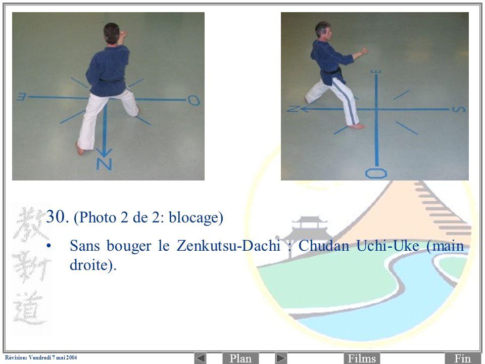 PlanFinFilms Révision: Vendredi 7 mai 2004 30. (Photo 2 de 2: blocage) Sans bouger le Zenkutsu-Dachi : Chudan Uchi-Uke (main droite).