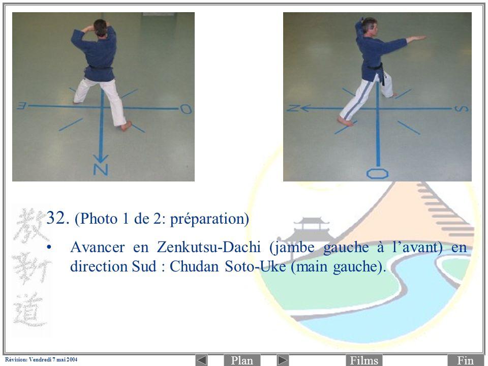 PlanFinFilms Révision: Vendredi 7 mai 2004 32. (Photo 1 de 2: préparation) Avancer en Zenkutsu-Dachi (jambe gauche à lavant) en direction Sud : Chudan