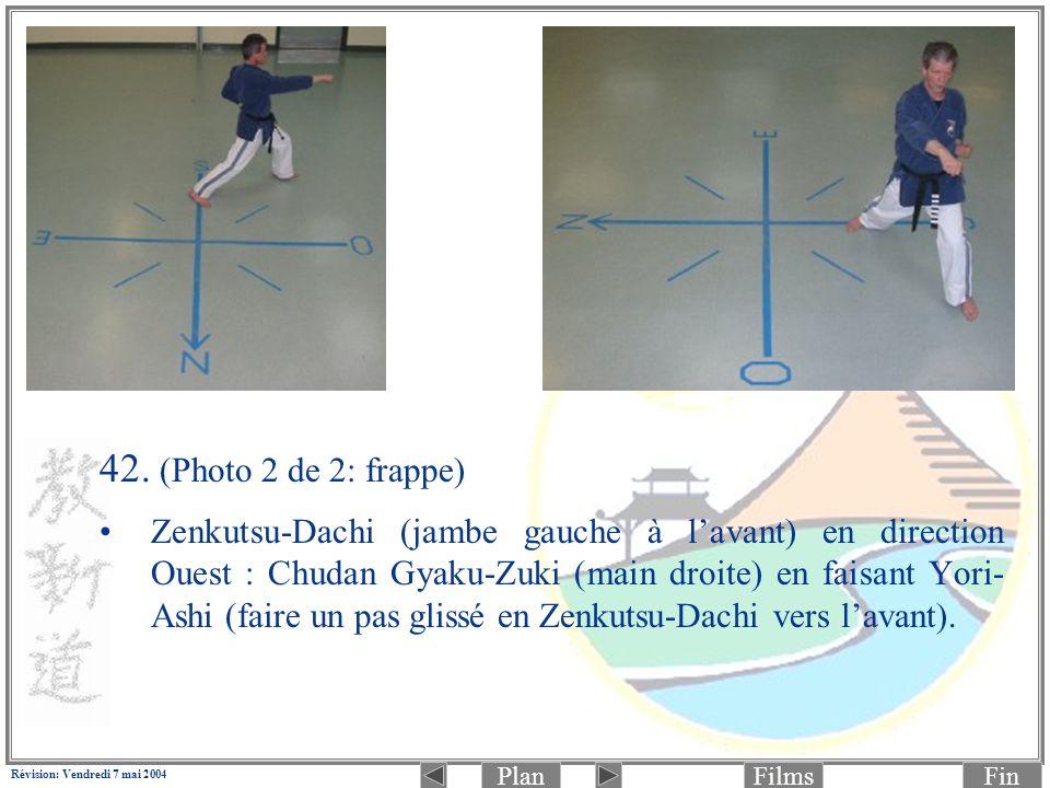PlanFinFilms Révision: Vendredi 7 mai 2004 42. (Photo 2 de 2: frappe) Zenkutsu-Dachi (jambe gauche à lavant) en direction Ouest : Chudan Gyaku-Zuki (m