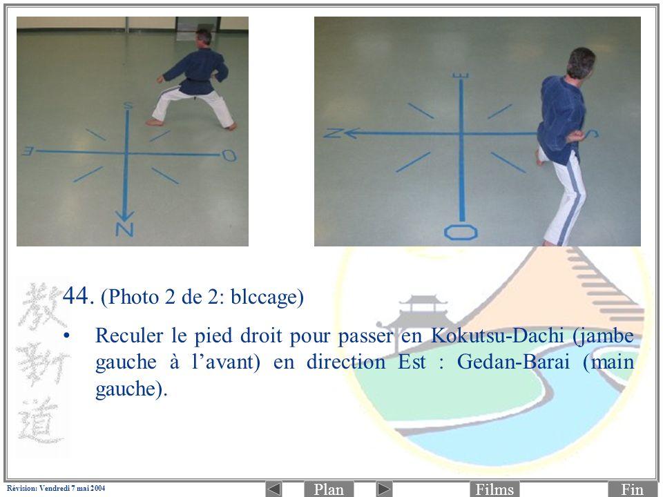 PlanFinFilms Révision: Vendredi 7 mai 2004 44. (Photo 2 de 2: blccage) Reculer le pied droit pour passer en Kokutsu-Dachi (jambe gauche à lavant) en d