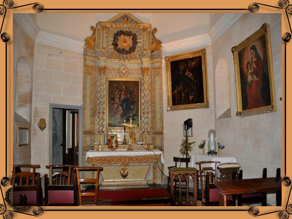 La chapelle, construite au 17 ième siècle par des charpentiers de la marine de Ciboure présente des tableaux des : 17 ème, 18 ème et 19 ème siècles.