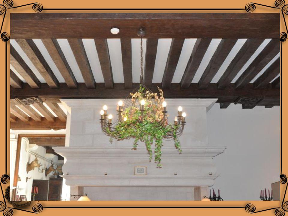 La salle à manger au 14 ème siècle : Le plafond avec ses poutres apparentes est dit « à la française « Le parquet en chêne châtaignier fut réalisé au