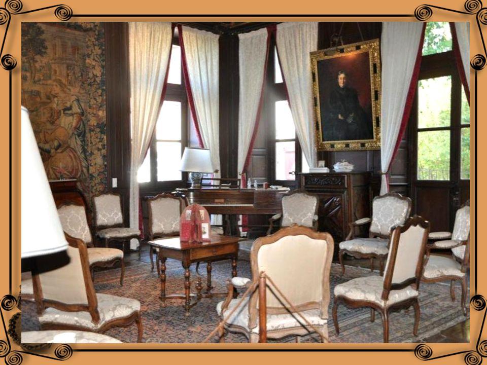 Le grand salon se situe dans laile du 16 ème siècle : Un ensemble fauteuil-canapé ; Un bureau Louis XV U secrétaire à cylindre Louis XVI un piano « fo