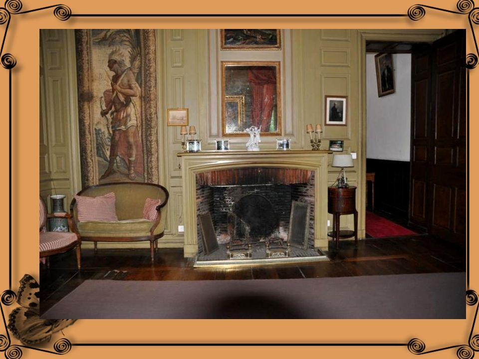Le mobilier comporte des fauteuils et un canapé Louis XVI, ainsi quune commode Régence. Un guéridon Empire, au –dessus duquel veille une Vierge França