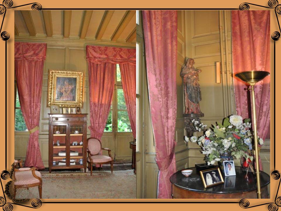 Le petit salon se situe dans lagrandissement réalisé au XVIII ème siècle. Il comporte des fauteuils et un canapé Louis XVI, une commode Régence, Un gu