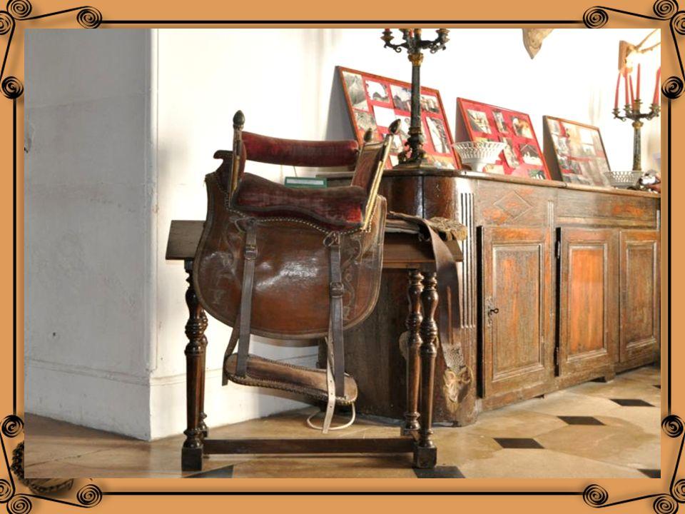 Une selle Cacolet ayant appartenu à Gabrielle Larralde –Diustéguy, dame dhonneur de l Impératrice Eugénie quelle accompagna à dos de mule à la Rhune e