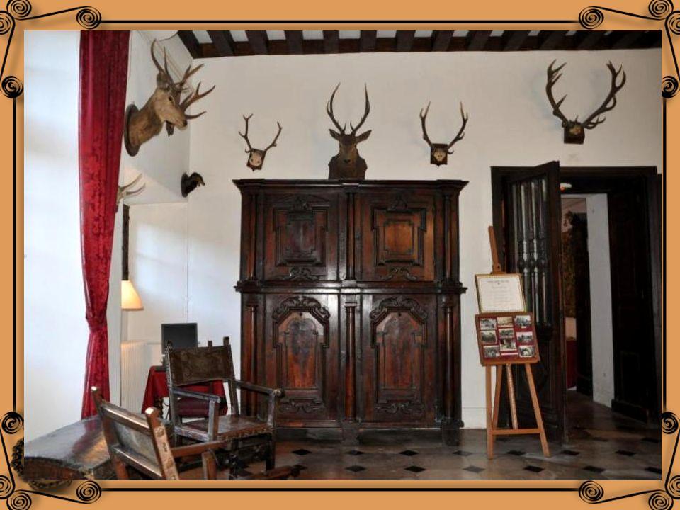 La salle de Chasse ou de Bal, autrefois salle de Garde au 16 ième siècle. Les trophées de chasse proviennent du Poitou dont larrière grand-père de lac
