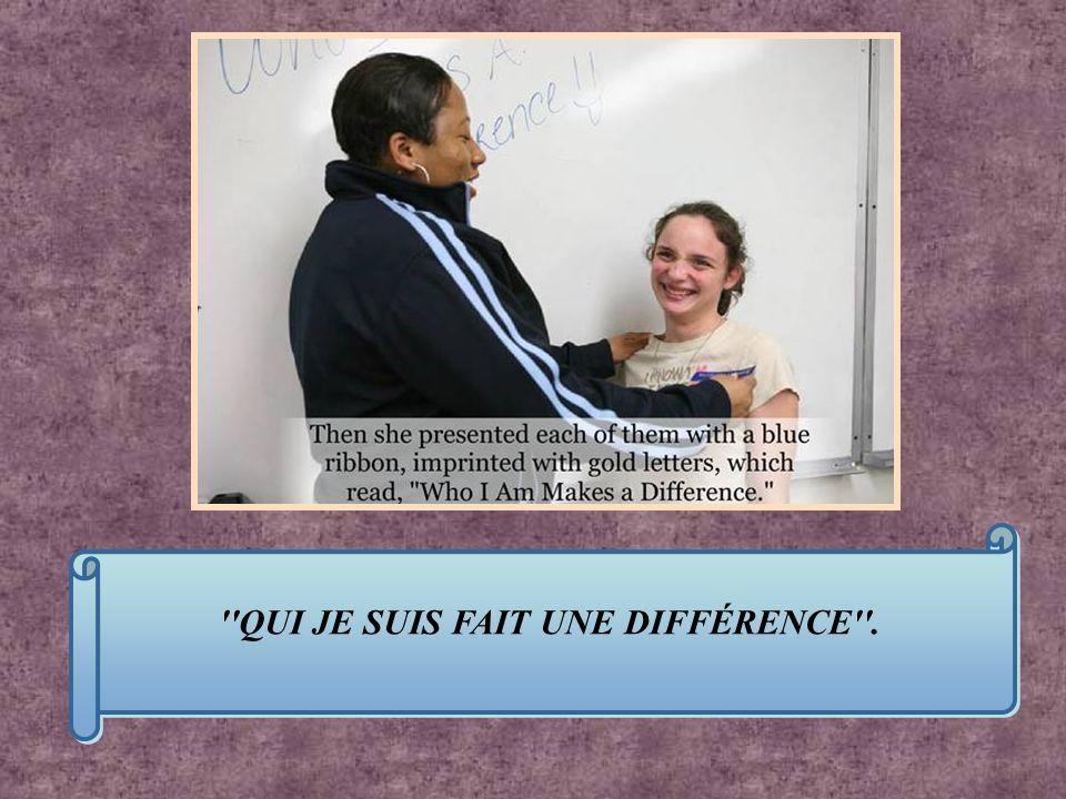 Elle donna à chaque élève un ruban bleu sur lequel on pouvait lire en lettres dor : QUI JE SUIS FAIT UNE DIFFÉRENCE .