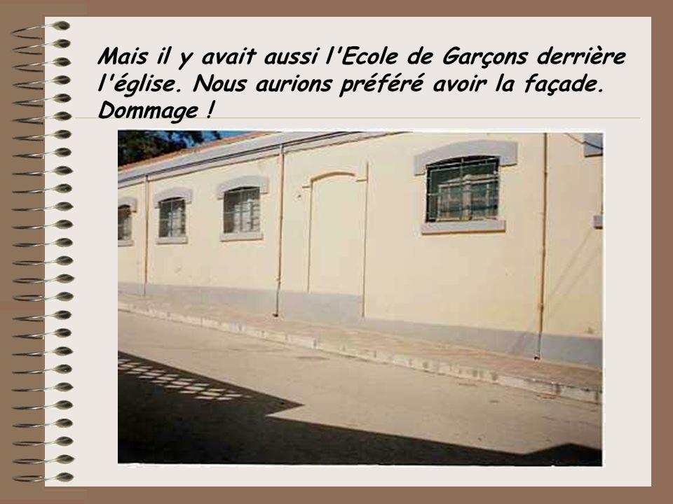 Mais il y avait aussi l'Ecole de Garçons derrière l'église. Nous aurions préféré avoir la façade. Dommage !