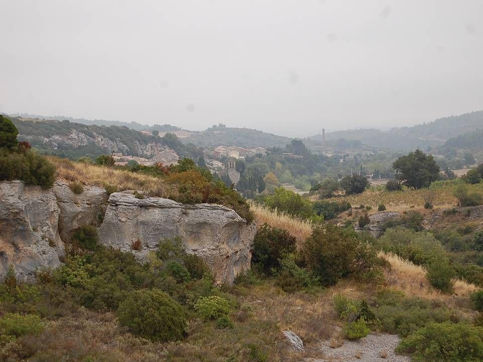 Dans la falaise au dessus de la marmite, nous apercevons une habitation