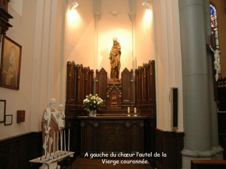 A gauche du chœur lautel de la Vierge couronnée.