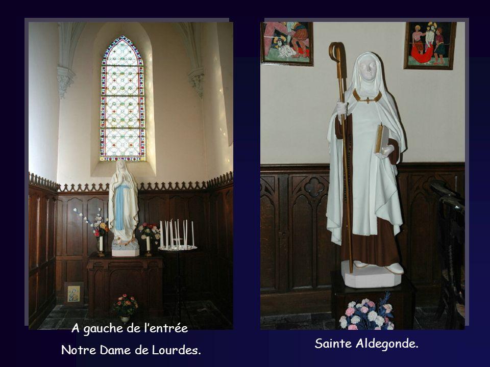A gauche de lentrée Notre Dame de Lourdes. Sainte Aldegonde.